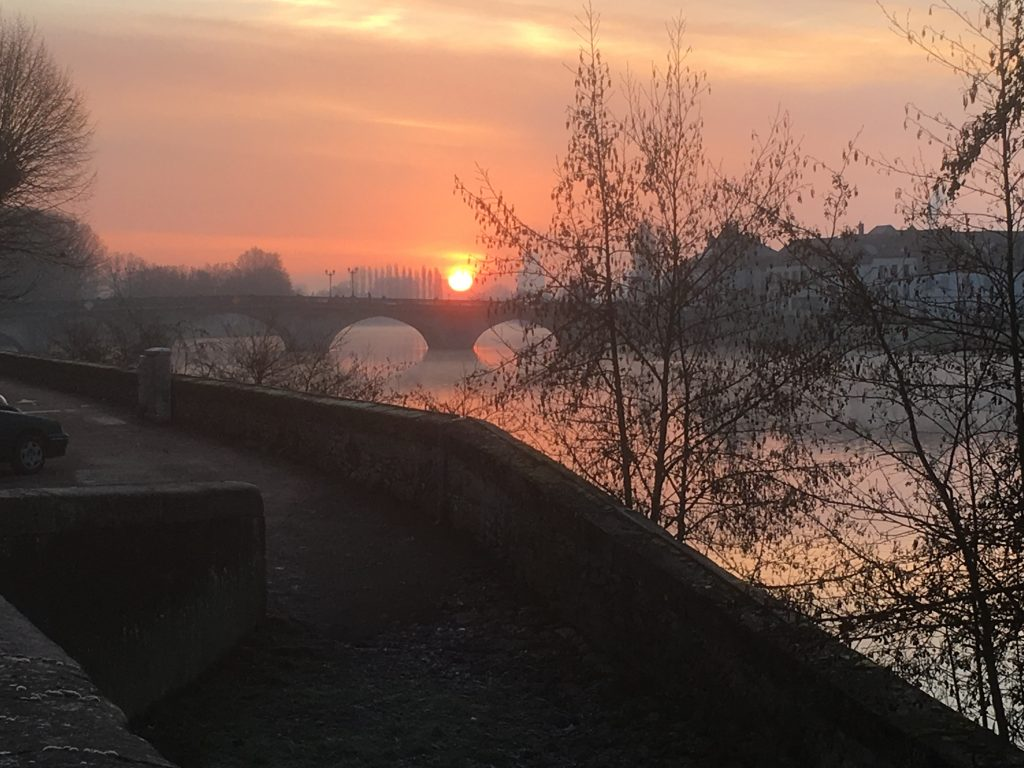 Le soleil se lève sur Joigny en Yonne